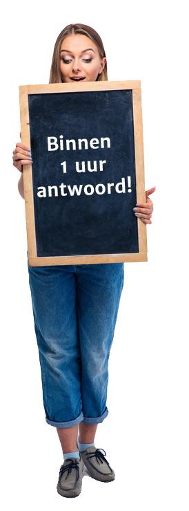 Vrouw met bord waarop staat: Binnen 1 uur antwoord.